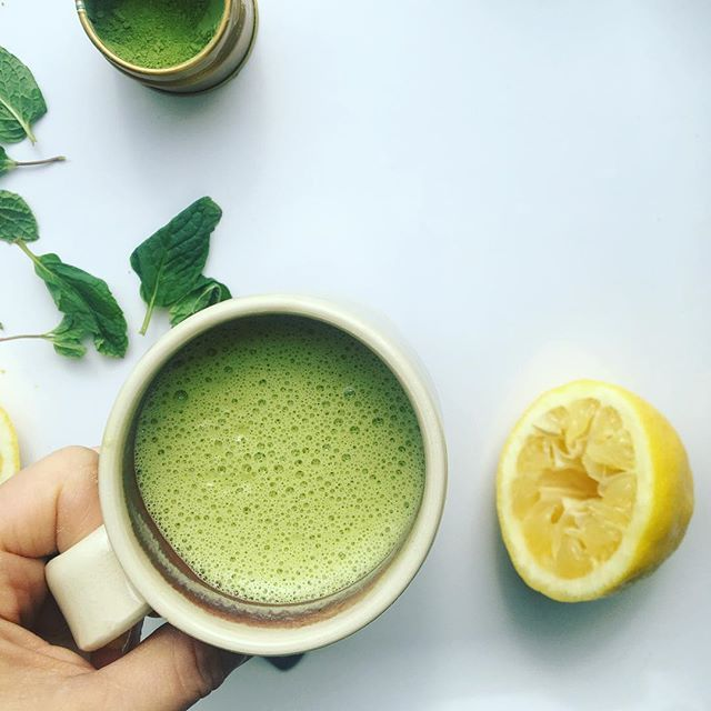 Currently sipping on this creamy lemon-mint matcha latte to kickstart my Monday afternoon. •  I try to swap tea for coffee every now and then to give my adrenals a break and notice I tend to have a lot more energy without an inevitable crash. In addition to matcha, I also love Yerba mate as a coffee substitute. •  Check out my stories to see how to make. I also like adding @vitalproteins collagen for a protein boost.