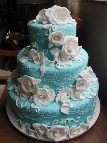 """Flores e """"renda"""" em pasta americana dão charme extra a esse bolo para festa de 15 anos da Marina Mariutti"""