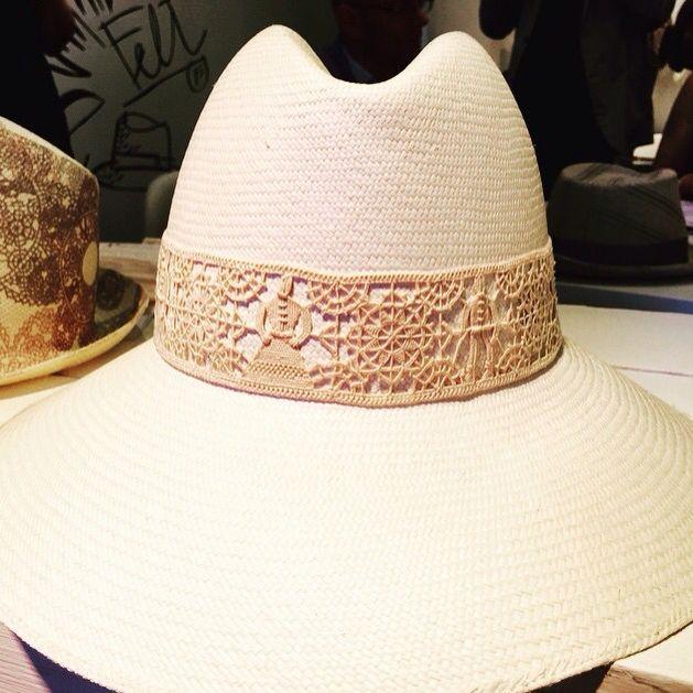 Fascia di #merletto #PuntoMaglie su #cappello #Doria1905 • #needlelace #fashion #pitti88 #pittiuomo #pittimmagine #viaggioalevante #pupopupastella #Maglie #Salento