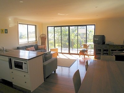 Holiday House in Narrawallee: Perfect Entertainer $500/weekend - 3 bedrooms - sleeps 8