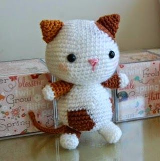 This cat crochet pattern is very cute, but in what seems Russian.
