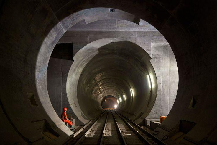 Ayer se inauguró el túnel más largo del mundo, el de San Gotardo, una impresionante obra de ingeniería que se enmara dentro de siglos de domini...
