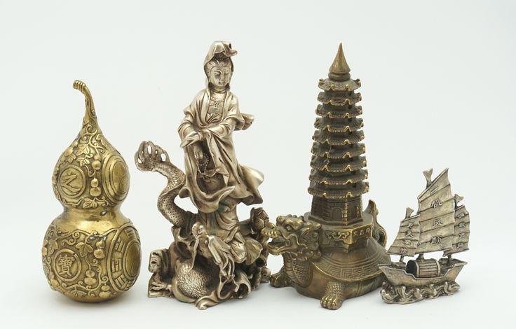 Vier diverse messing beelden: Guanyin staand op draak, een schip, een kalebas en schildpad met pagode op schild, China