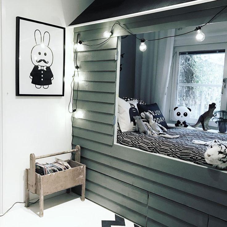 Efter en natt med två barn i sängen flyttar jag ut i huset inatt. #finahem #barnrumsinspo #kidsroom #mittbarnerom #mittbarnerom #kidsinspiration #kidsroomdecor #barnslig_interiør #barnrum #barnrumsdetaljer #finahem #loppisfynd #loppis #interior123 #myhomebarnrum #familylivingfint #onlyinterior #finahem #interiorwarrior #interior4all #interior123 #kidsinteriors_com @kidsinteriors_com @barnrumsinspo