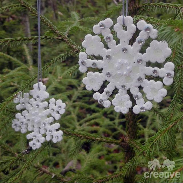 Snøfnugg, snøkrystaller av hamaperler pyntet med bling