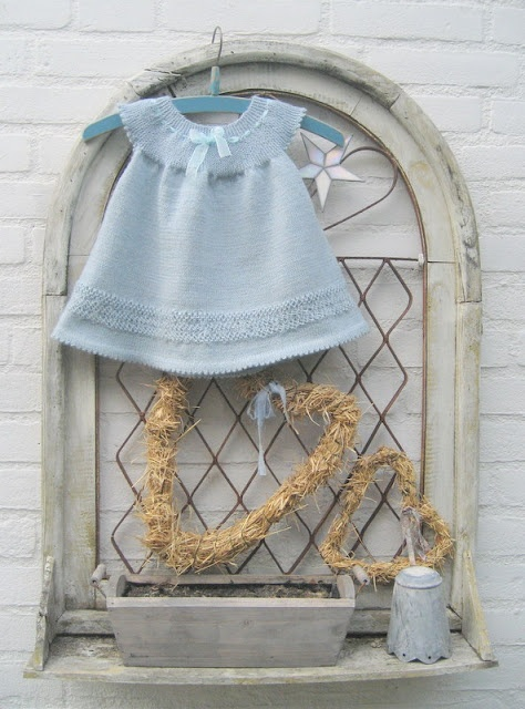 Baby dress with free pattern in dutch here: https://docs.google.com/file/d/0B325RAy97qwQMkNBSlF3WWtLLVE/edit?pli=1