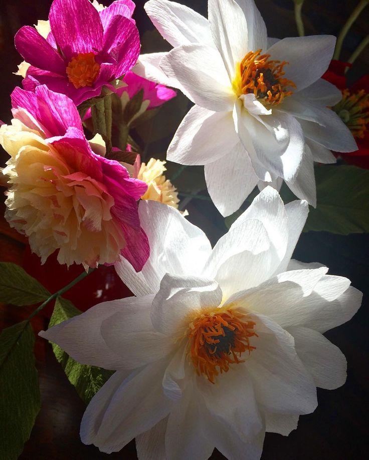 Dahlien, die Echten wachsen noch draußen im Garten, bis der Frost kommt. Diese verblühen nie - catch the moment. #botanicalart #paperart #paperflowers #dahlia #papier