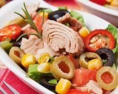 Salade de maïs au thon et poivron rouge : http://www.cuisineaz.com/recettes/salade-de-mais-au-thon-et-poivron-rouge-37442.aspx