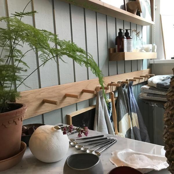 En lækker knagerække m/10 knageri massiv egetræ. Brug den i entreen til de mange jakker, i køkkenet til viskestykker, grydeskeer og skærebrætter eller badevære