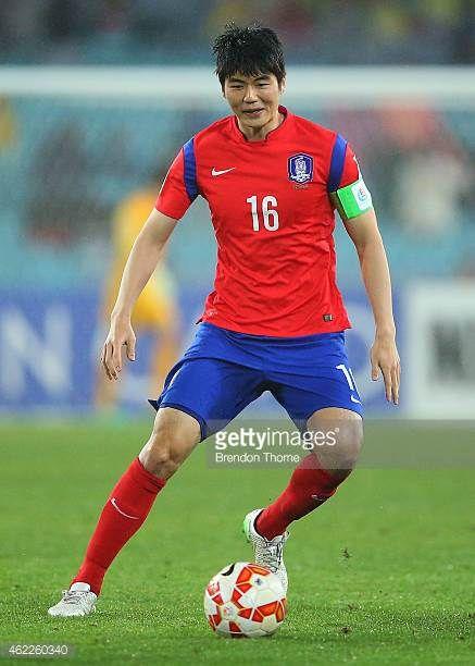 Ki Sung Yueng of Korea Republic controls the ball during the Asian Cup Semi Final match between Korea Republic and Iraq at ANZ Stadium on January 26...