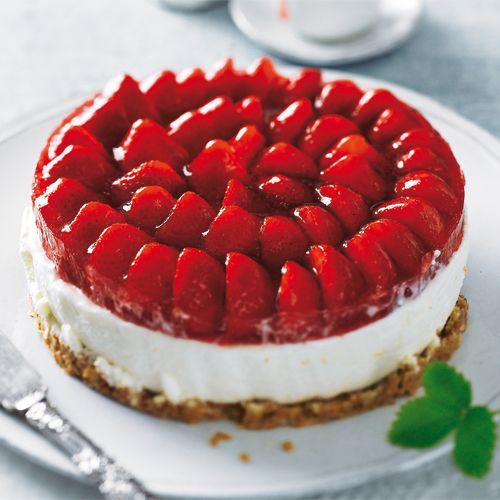 Wir frischen die Erdbeertorte mit neuen Ideen auf: Erdbeeren werden kombiniert mit knusprigem Bröselboden und zarter Frischkäsecreme. Außerdem hat die Torte ein süßes Geheimnis: Holunderblütensirup sorgt für den feinen Geschmack. Foto: Thomas Neckermann