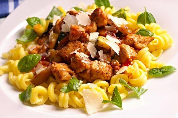 Těstoviny se směsí kuřecího masa, hlívy ústřičné a zeleniny