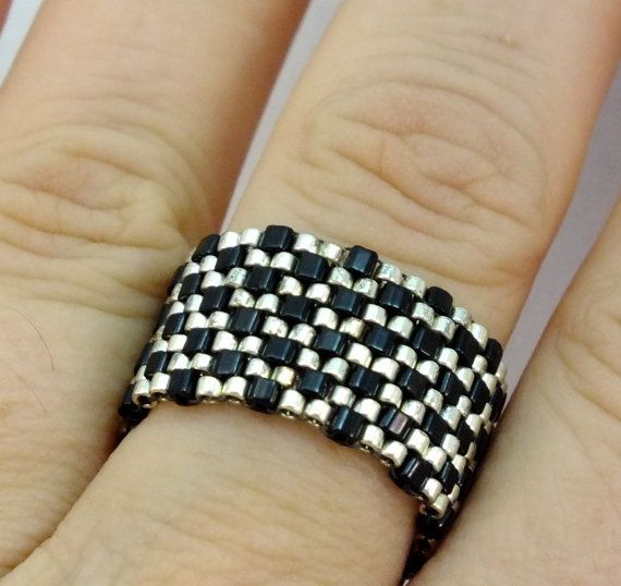 Beadwoven Wide Band Ring of Silver and Black Checks por mostlybeads