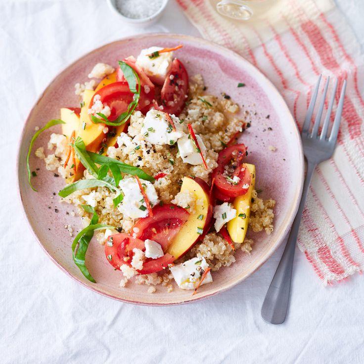 Quinoa-Salat mit Tomaten, Nektarinen und Schafskäse
