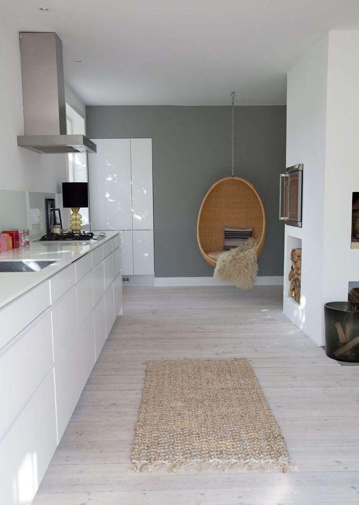 NORDIC: Ga voor een witte keuken, grijze muur, mat vloeren en houten elementen als je deze stijl wilt.