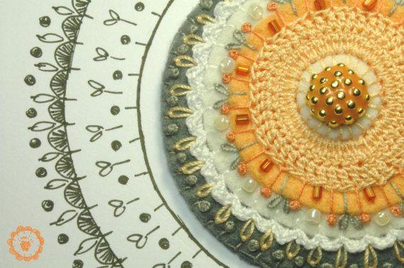 Broche de fieltro bordado color gris y salmon / Loopicraft - Artesanio