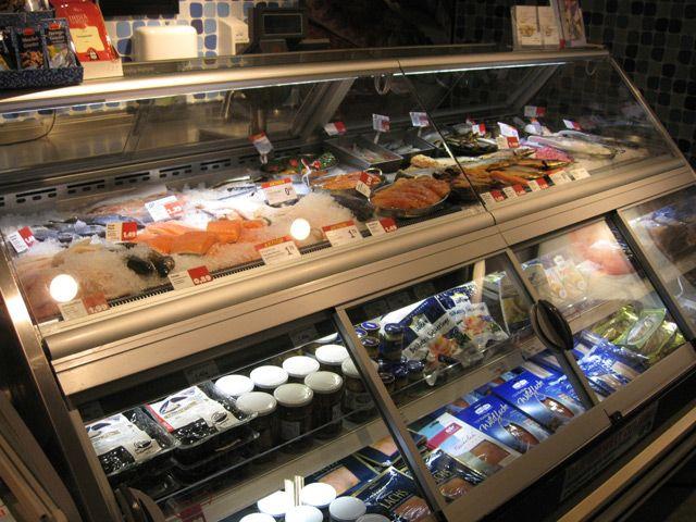 Фото 19 супермаркет Tengelmann, Mülheim an der Ruhr, Германия. Специальная витрина для рыбы и рыбных деликатесов - 2 уровня выкладки через самообслуживание!