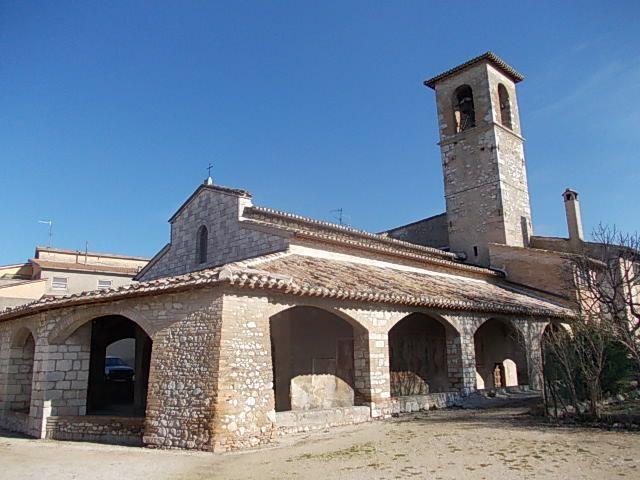 Chiesa  di origine romanica di Santa Maria in Pietrarossa . Il portico del XV sec. conserva numerosi affreschi eseguiti tra il XIV e il XV sec.