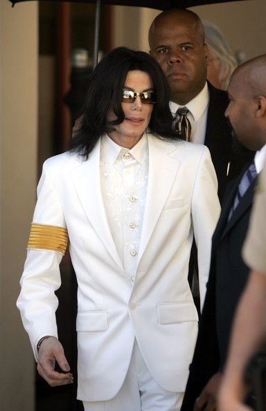 Michael Jackson Photos - Singer Michael Jackson leaves for a lunch break during a court appearance at the Santa Maria Superior Court January 31, 2005 in Santa Maria, California. - Michael Jackson Photos - 1023 of 1188