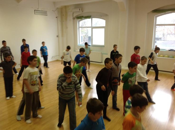 http://www.stop-and-dance.ro/cursuri_dans_pentru_copii.html