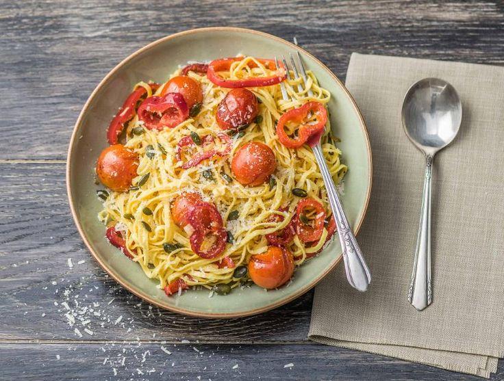 Dit is een snelle Italiaanse pasta met tomaten die je bakt in de oven. De tomaten combineren goed met de grana padano en knapperige pompoenpitten. Wist je dat fettuccine in het Italiaans 'kleine linten' betekent?