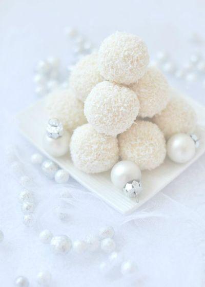 Hófehér karácsonyi desszertek: narancsos golyók kókuszreszelékben