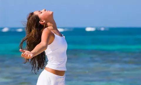 6 дыхательных техник, помогающих расслабиться за 10 минут  Правильное дыхание помогает расслабиться, успокоиться, снять стресс и очистить голову от глупых и негативных мыслей. Не зря умные люди советуют вместо того, чтобы отвечать грубостью на грубость или глупостью на глупость (например, накричать на непослушного ребенка), лучше остановиться, глубоко вдохнуть, посчитать про себя до 10 и. промолчать.  Эксперт по дыханию, инструктор по йоге и психолог рекомендуют 6 простых техник дыхания…