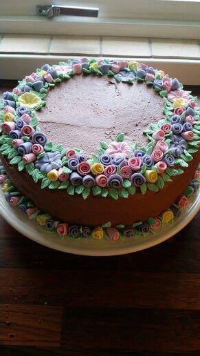 Sjokoladekake med blomster av marsipan
