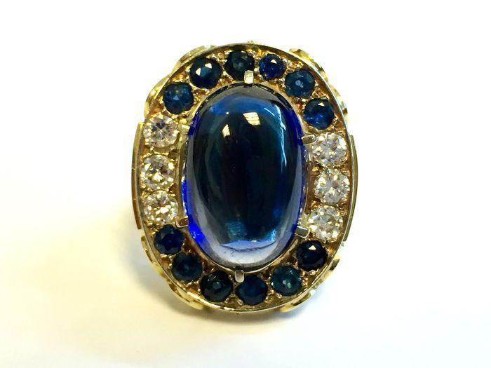 Catawiki Online-Auktionshaus: Goldener Ring mit mittigem blauem Edelstein und Entourage aus 12 Saphiren und 6 Diamanten, 0,90 ct