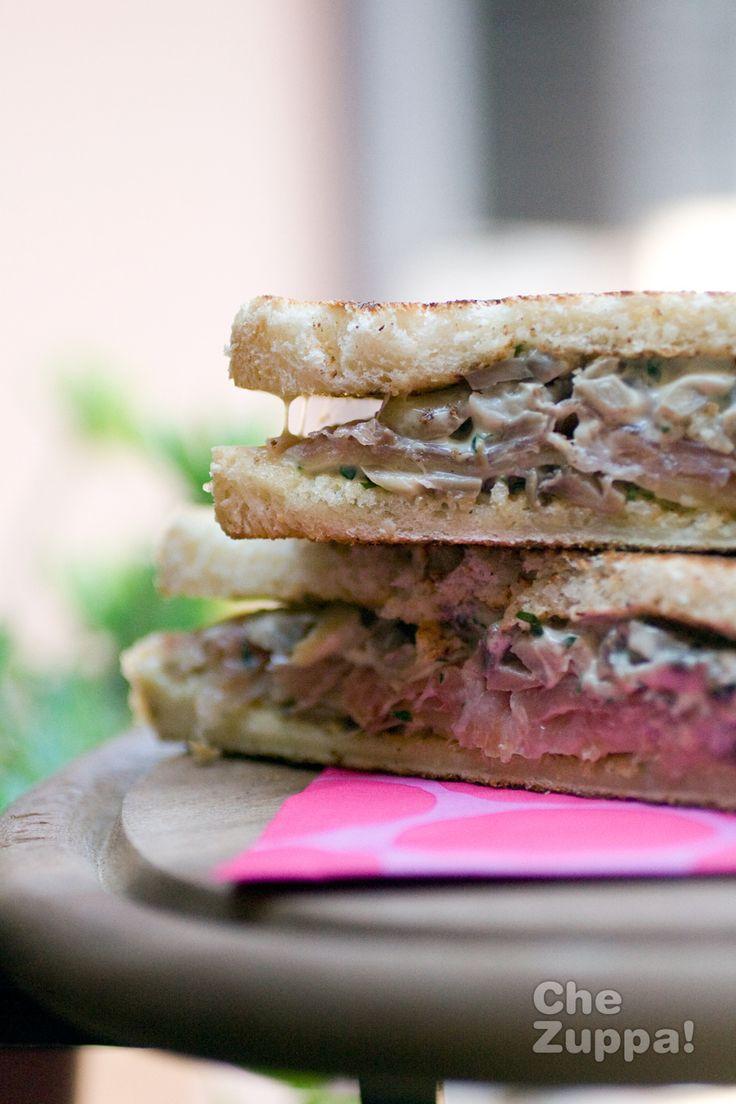 Panino boscaiolo http://www.chezuppa.it/recipes/view/panino-boscaiolo #forzapanino #panino #sandwich #bocadillo #speck #salsa #funghi #maionese #fontina #pranzo #ricette