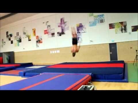 Vores haller og springgrav bliver flittigt benyttet i elevernes fritid. Her leger en flok drenge på en Air Track.