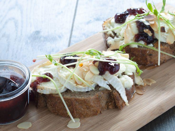 Broodje gegratineerde geitenkaas met bosbessencompote! Kaas en brood, goede combinatie :). Brood.net/recepten