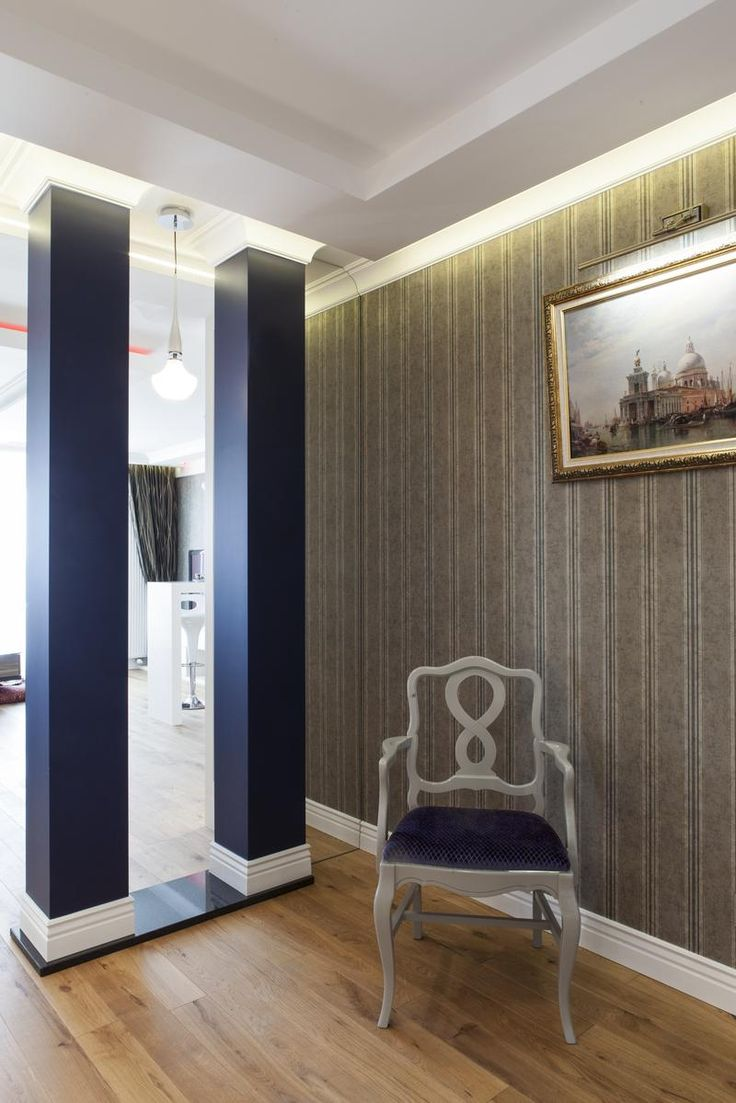 Mieszkanie w stylu klasycznym - luksusowe wnętrze - aranżacja wnętrz w stylu klasycznym. Zobacz więcej na www.amarantowestudio.pl  Klasyczne wnętrze - Stylowe kolumny w salonie