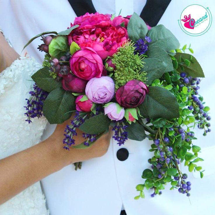 Sarkıtlı bir model tasarladık daha renkli daha coşkulu buket severler için  Fiyat bilgisi için iletişime geçin #çiçeklitaç #çiçek #elbuketi #erengül #erengülbuketi #buket #bileklik #düğün #davet #geliniçin #gelin #gelineözel #gelinbuketi #gelinçiçeği #çiçek #çiçeklitaç #yapayçiçek