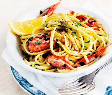 En snabblagad pasta med lyxkänsla! Den här pastarätten har en svårslagen smakkombination av vitlök, vitt vin, bladpersilja och räkor, som går att byta ut mot andra skaldjur, till exempel musslor. Servera med nymalen svartpeppar och eventuellt ett gott bröd.
