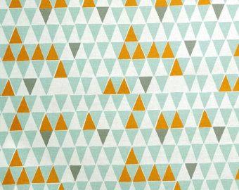 Contemporain tissu scandinave du turquoise Spira de Suède - Jaffa lumière Turquoise - pâle, gris et zingy triangles orange imprimer