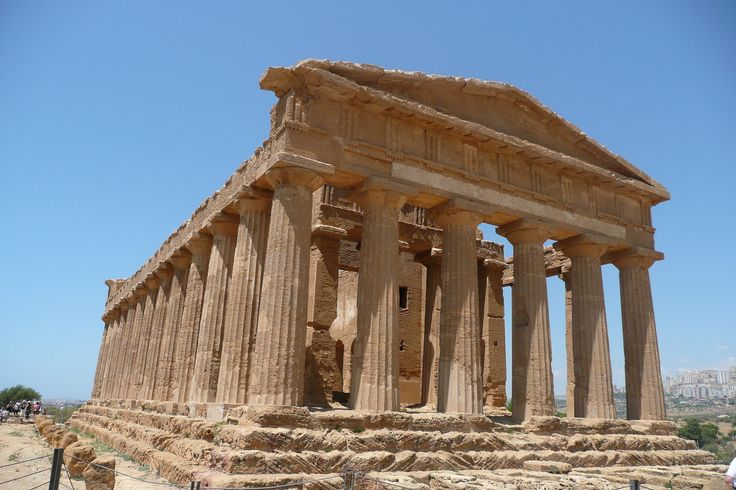 L'ARTE GRECA IN ITALIA AGRIGENTO: IL TEMPIO DELLA CONCORDIA.  Il tempio , che risale alla metà del V secolo a.C., riassume nelle sue linee severe ma armoniose le regole dell'architettura dorica. #ART #GRECIA #TEMPLI #history #storia #grecia