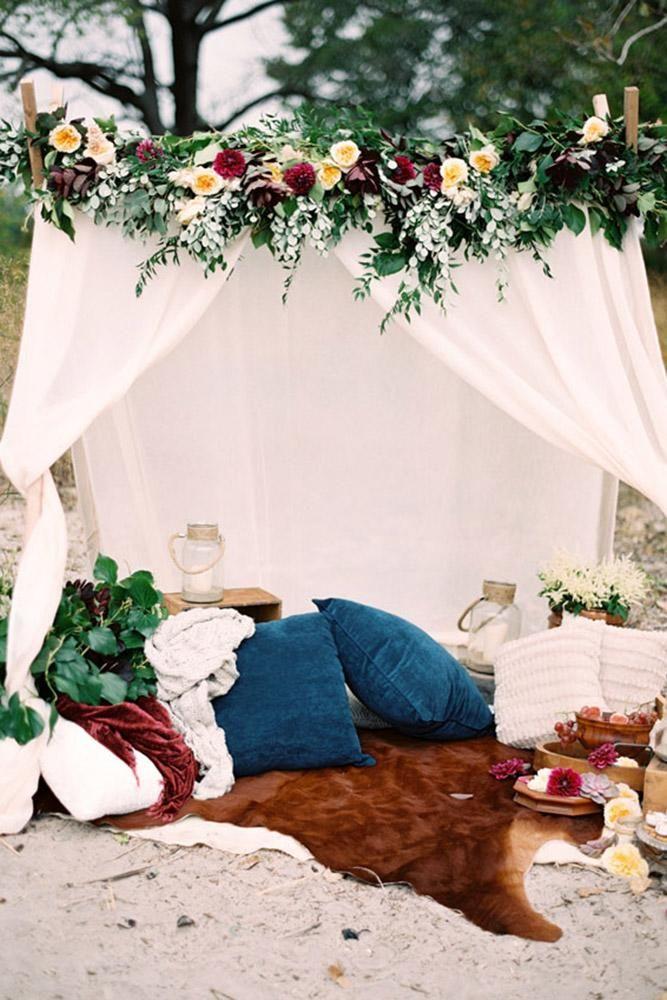 Bohemian Hochzeitsthema Boho Chic Lounge-Zone unter kleinen weißen Zelt dekoriert mit …   – Project TP
