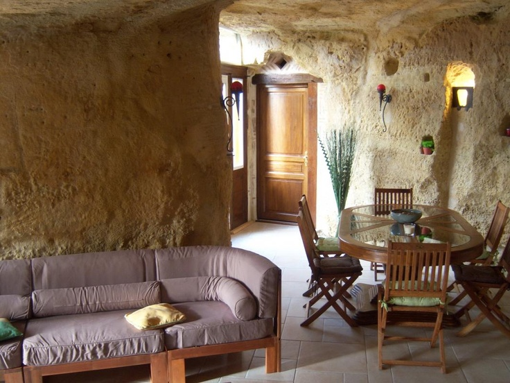 "Cottage of 110m² for 5  persons. Close to the medieval city of Chinon. Come to relax in an authentic troglo, which adjoins an old house of the 17th, renewed in the ""Tourangelle"" tradition. Situated in the crossroads of Touraine, Anjou, and Poitou, discover Les chateaux de la Loire and the vineyards which decorate our valleys."