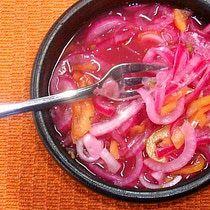 Una salsa de chile habanero con cebolla no puede faltar en la mesa cuando estén presentes los platillos típicos del sureste mexicano como la cochinita pibil.