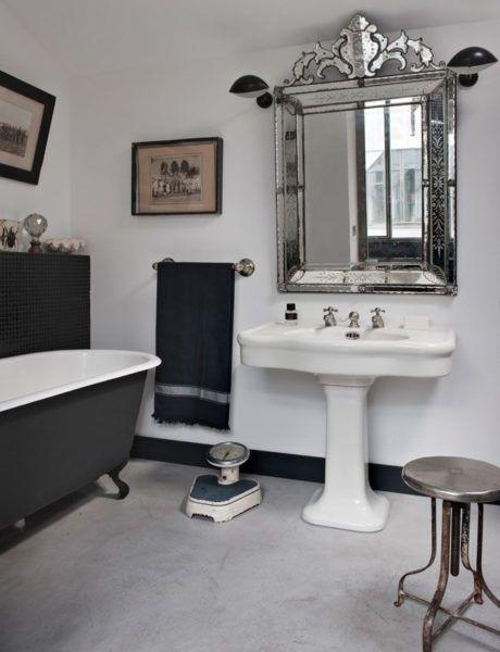 visite d'un loft industriel à Paris, salle de bain, miroir venitien, baignoire en fonte et appliques Mouille
