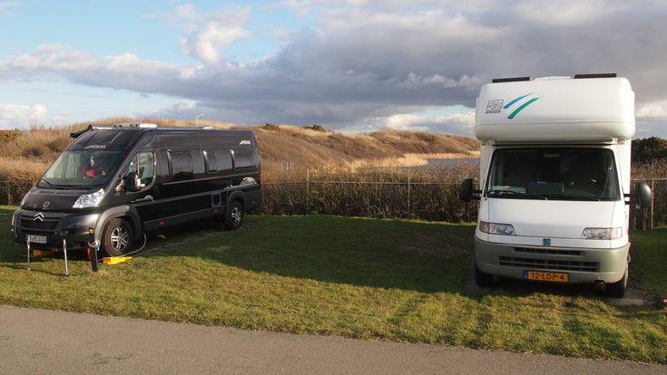 Een camperplek op camping Corfwater. Perfecte ligging: op 100 meter van zee.