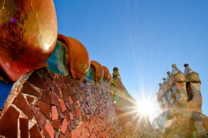 Het dak van Casa Batlo in Barcelona vanuit een creatieve hoek