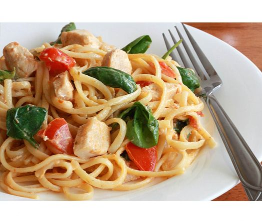 SPAGHETTI MET TOMATEN EN KIPFILET! Ingrediënten voor 5 personen: 500 gr. spaghetti, 2 eetlepels olijfolie, 400 gr. kipfilet in blokjes, 1 ui gesnipperd, 5 trostomaten in parten, 3 eetlepels citroensap, verse basilicum. Voor de bereiding ga naar www.depastakoning.nl