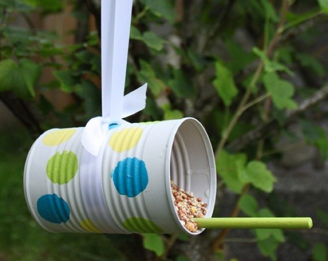 Fun crafts for kids. Make your own bird feeder with a tin can.