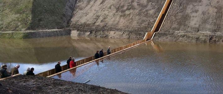 Мост Моисея/Moses Bridge/.  Оригинальным образом решили непростую задачу голландские архитекторы. В ходе реконструкци форта XVII века от них потребовалось перекинуть пешеходный мост через заполненный водой ров, но сделать это таким образом, чтобы новодел был практичеки невидим.  Переход решено было соорудить в виде деревянного тоннеля, погруженного в воду. Мост получил название Moses Bridge, то есть мост имени пророка Моисея.