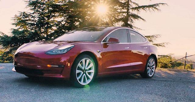 Conoce el nuevo @teslamotors Model 3. Con un precio inicial de 35 mil dólares -que sube como la espuma a medida que vas haciendo elecciones en éste- el Model 3 puede recorrer entre 354 y 498 kilómetros con una sola carga y logra pasar de 0-97 kilómetros por hora en 5.1 segundos. #car #cars #carsofinstagram #tesla #eléctrico #auto #automóvil #automobile #vehículo #ElonMusk  via ROBB REPORT MEXICO MAGAZINE OFFICIAL INSTAGRAM - Luxury  Lifestyle  Style  Travel  Tech  Gadgets  Jewelry  Cars…