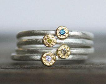 UN anillo de apilamiento con la piedra preciosa o un diamante de su elección en oro de 18 k amarillo en una banda de plata martillado. Opciones de piedras preciosas y diamantes se encuentran en el menú desplegable.  Mano forjó la banda hacia fuera dejando una textura martillada de plata. Entonces establecer una piedra natural de 2,5 mm o diamante en rica 18k amarillo oro ajustes. Usar solo o apilarlos para color y chispa!  Detalles: TAMAÑO - por favor déjeme un mensaje con su tamaño del…