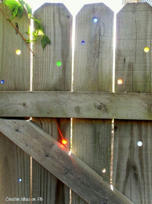Zaun oder Sichtschutz mit Kugeln aufpeppen | Boring fence. Drill holes and place marbles in it. Neat idea. :)