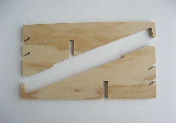 Soporte de  portátil; Dimensiones Ensamblado: 28cm (L) x 11 cm (H) x 25 cm (W) Desmontado: 28 cm x 11 cm x 1.8 cm Altura de las lengüetas en la parte delantera: 22mm